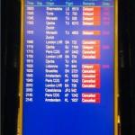 vols annulés sur une tableau d'affichage de l'aerorport de geneve